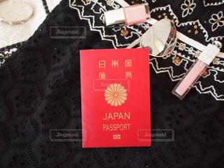女性の旅支度 パスポート サングラス アクセサリー コスメ pinkの写真・画像素材[1133267]
