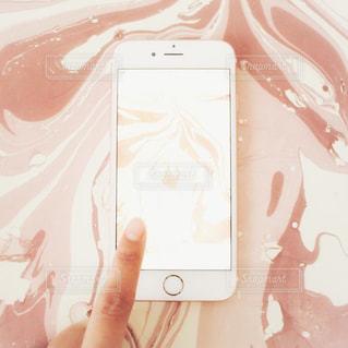 ピンク マーブル 模様 スマホ スマートフォン タッチ 操作するの写真・画像素材[1142315]