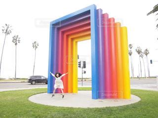 サンタバーバラ カラフルな建物の前に立っている女性 20代 30代の写真・画像素材[1142982]