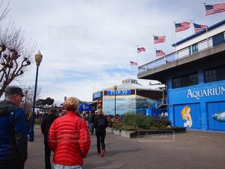 カリフォルニア・サンフランシスコの有名な観光客Pier39に立ち寄っている人々・夫婦・観光客のグループ - No.1142984