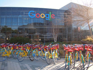 google本社前にあるカラフルな自転車の写真・画像素材[1142989]