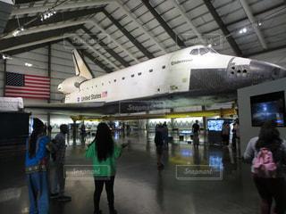 カリフォルニア・サイエンス・センターにあるエンデバー号 / 飛行機の周りに立って人々のグループ - No.1142993