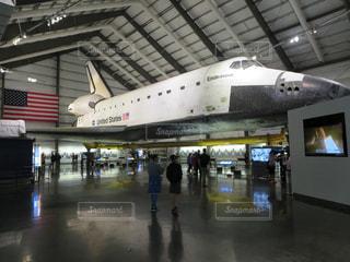 建物の中に展示されている大型飛行機 / カリフォルニア・サイエンス・センターにあるエンデバー号の写真・画像素材[1142994]