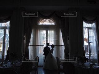 結婚式・レセプションパーティー 窓の前に立っている新郎新婦のシルエット - No.1149763