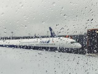 雨の日の飛行機に乗る✈️の写真・画像素材[1170609]