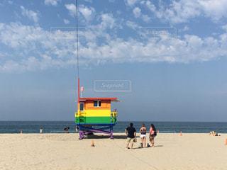 カルフォルニア・ベニスビーチ LGBT Venice Pride モニュメント レインボー / ビーチの人々 のグループの写真・画像素材[1174156]