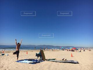 イケメン お兄さん yoga ヨガ ビーチ / 砂浜の上に立つ人々 のグループの写真・画像素材[1174160]