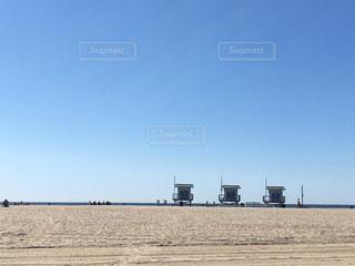 砂浜の上に空気を通って飛んで人の写真・画像素材[1174162]