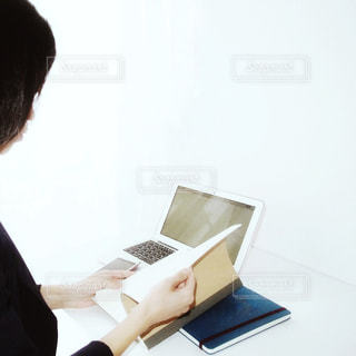 ノート パソコンの前に座っている人 女性 20代 30代 OL ビジネスの写真・画像素材[1207565]