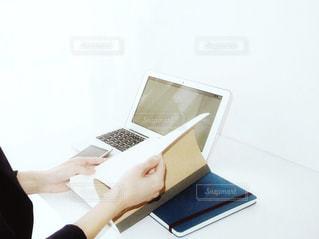 ノート パソコンを持っている人 ノート パソコンの前に座っている人 女性 20代 30代 OL ビジネスの写真・画像素材[1207579]