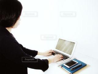 ラップトップ コンピューターを使用している人 女性 20代 30代 OL ビジネス 仕事 作業 - No.1207666