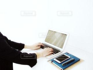 ラップトップ コンピューターを使用している人 タイピング 仕事 作業 20代 30代 女性 OL ビジネス - No.1207668