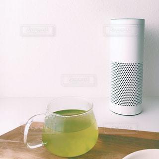 スマートスピーカーとテーブルの上のお茶 カップの写真・画像素材[1227031]