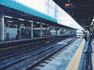 鉄道の駅 東京駅 ホーム 電車待ち 男性の写真・画像素材[1236427]
