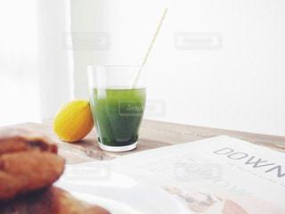 すっきり 飲みやすい 青汁 野菜 食生活 健康 / 近くに食品とワインのガラスのプレートのアップの写真・画像素材[1236525]
