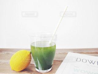 すっきり 飲みやすい 青汁 野菜 食生活 健康 / テーブルの上のガラスのコップの写真・画像素材[1237289]