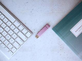 置き画 キーボード USBメモリ ノートブック ピンク 女性の写真・画像素材[1273955]