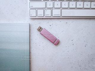 キーボード USBメモリ ノートブック ピンク グリーン 女性の写真・画像素材[1273961]