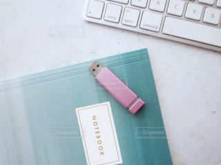 PC キーボード USBメモリ ノートブック メモ帳 文房具 ステーショナリー ピンク 女性の写真・画像素材[1273971]