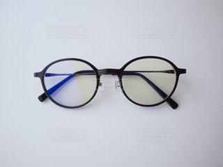テーブルの上の伊達メガネ メガネ 眼鏡 めがね ブルーライト カット PC PCメガネの写真・画像素材[1273973]