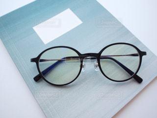 置き画 伊達メガネ PC用メガネ めがね 眼鏡 ノートブック メモ帳 文房具 ステーショナリー 小物 アクセサリーの写真・画像素材[1273978]