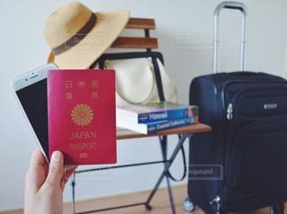女性 パスポート スマホ キャリーケース スーツケース 海外旅行 旅 トラベルの写真・画像素材[1279581]
