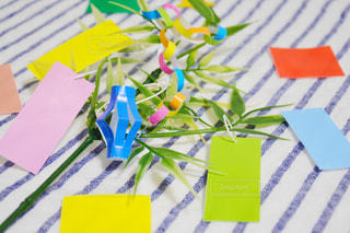 七夕 たなばた 飾り 短冊 願いごと 笹の葉 近くに一枚の紙のアップの写真・画像素材[1285772]
