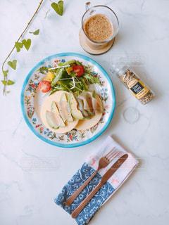 テーブルの上に食べ物のボウルの写真・画像素材[1302144]
