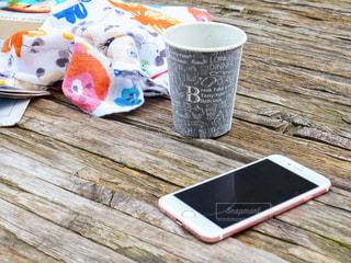 置き画 木製のテーブルの上に座ってコーヒー カップの写真・画像素材[1313442]