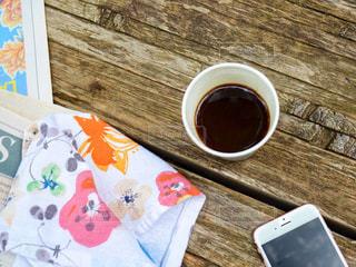 木製のテーブルの上に座ってコーヒー カップ 置き画の写真・画像素材[1313478]