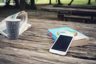ピクニック テーブルの上に座っている本の写真・画像素材[1313514]