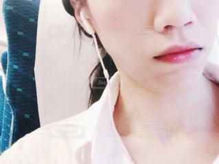 近くに白いシャツを着ている人のの写真・画像素材[1316480]