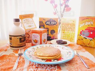 パンケーキ テーブルフォト 秋 パンプキン かぼちゃ 食品やコーヒー テーブルの上のカップのプレートの写真・画像素材[1378399]