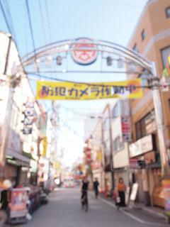 商店街 近くに忙しい街の通り 買い物するお客さんの写真・画像素材[1522515]