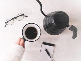 ドリップ ケトル 珈琲 コーヒータイム マグカップ 手もと テーブルフォト 俯瞰の写真・画像素材[1796403]