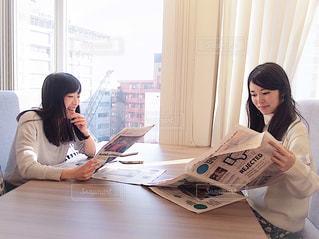 ラップトップを使用してテーブルに座っている女性の写真・画像素材[1821798]