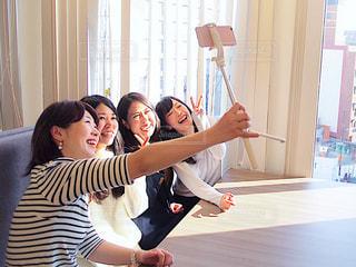 テーブルの上に座っている女性の写真・画像素材[1830025]