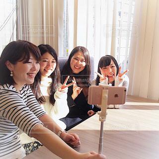 カメラに人座っているポーズのグループの写真・画像素材[1830026]