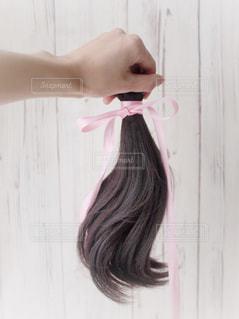 髪をブラッシングする人 ヘアドネーションの写真・画像素材[2107146]