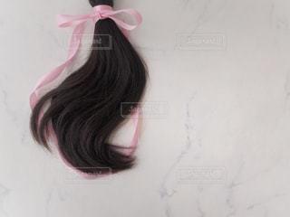 ヘアドネーション 31cm ヘアカット 女性 ピンク リボンの写真・画像素材[2108300]