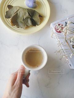 おうちカフェ コーヒー 和菓子 かしわ餅 リラックス 休憩 読書の写真・画像素材[2108357]