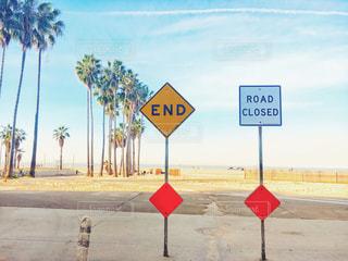 標識 シグナル END ROAD CLOSED 海外 アメリカ ロサンゼルス ベニス ビーチ 朝 空の写真・画像素材[2133225]