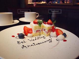 結婚記念日 サプライズ デザート プレート いちご ケーキの写真・画像素材[2145299]