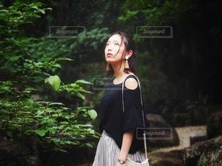 森の隣に立っている人の写真・画像素材[2315007]