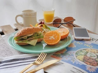 食べ物の皿とテーブルの上のコーヒー1杯の写真・画像素材[2328367]