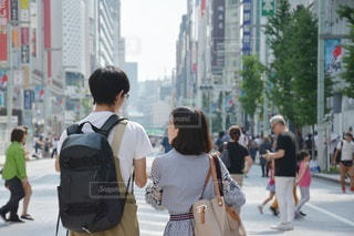 街の通りを歩く人々のグループの写真・画像素材[2441776]