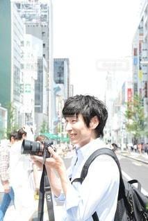 通りを歩いている男女の写真・画像素材[2441782]