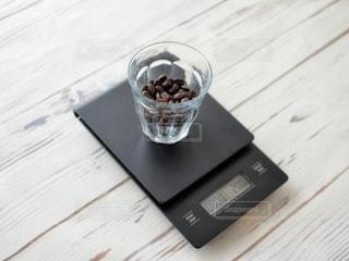 木製のテーブルの上に座っているコーヒーを一杯の写真・画像素材[3133666]