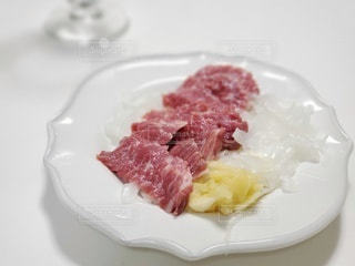 白い皿の上のデザートの写真・画像素材[3270759]
