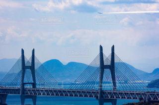 瀬戸大橋の上を飛ぶブルーインパルスの写真・画像素材[1121714]